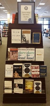 Estante con libros seleccionados de la lista de lectura del CNO, en una librería local de Estados Unidos