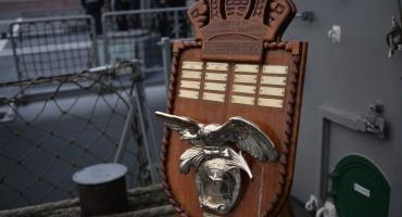 La placa de bronce y su mensaje